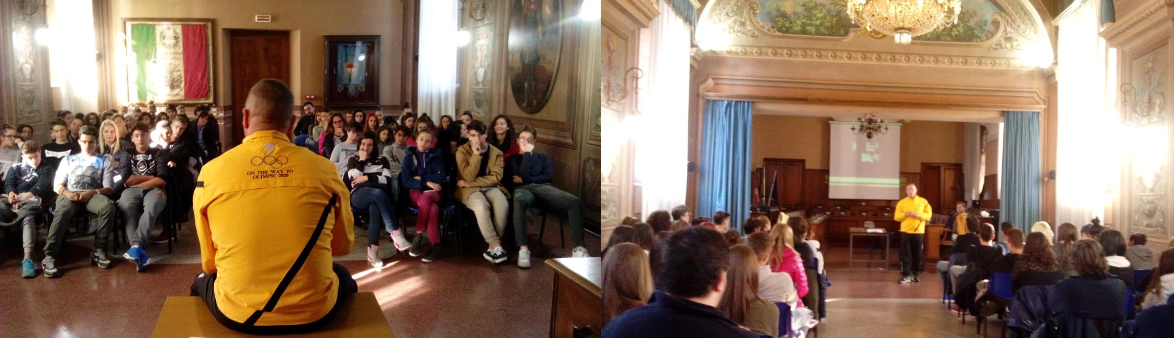 Gianni Maddaloni con studenti delle superiori per il progetto scuole